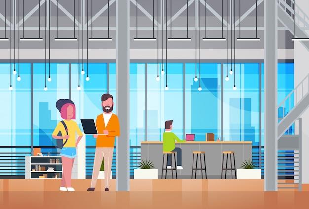 Coworking space interior modern geschäftsleute coworkers, die in der modernen büromitte arbeiten