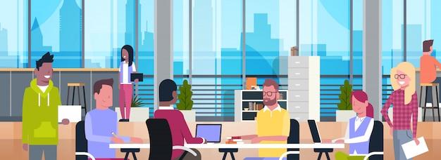 Coworking space interior modern geschäftsleute coworkers, die in der modernen horizontalen büromitte arbeiten