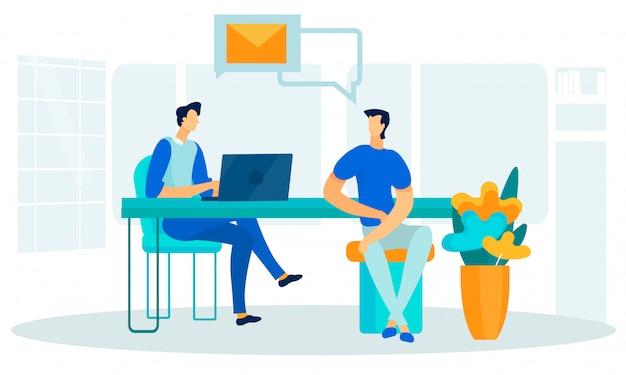 Coworking space- und büroleute, die bei tisch sitzen