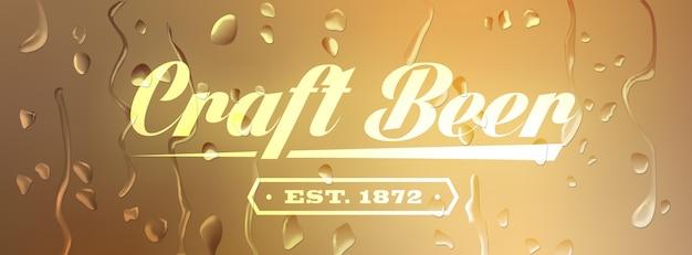 Craft beer sign auf defokussiertem hintergrund mit wassertropfen.