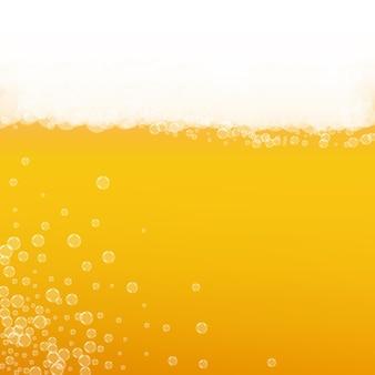 Craft-bier-hintergrund. lagerspritzer. oktoberfestschaum. schaumbier mit realistischen blasen. kühles flüssiges getränk für pab. orangefarbenes menükonzept. goldene tasse für oktoberfestschaum.