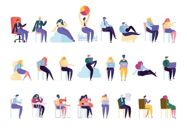 Creative various people professioneller zeichensatz. geschäftsmann arbeit sitzen auf stuhl isoliert. frauenarbeit schneiderin strickmaschine. flache karikatur-vektorillustration der geschäftsfrau-manager-sammlung