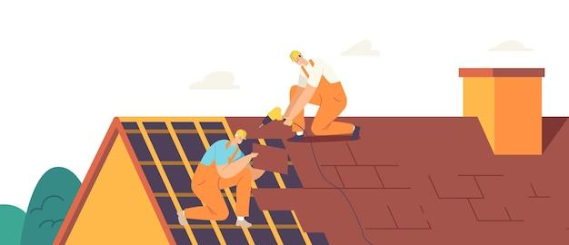 Dachdecker-männer mit arbeitswerkzeugen dach- und dachdecker-wohngebäude-dach. bauarbeiter-charaktere reparieren das haus, reparieren hausdachziegel mit instrumenten. cartoon-menschen-vektor-illustration