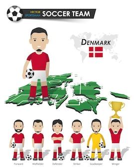 Dänische fußballnationalmannschaft. fußballspieler mit sporttrikot stehen auf der landkarte des perspektivfeldes und der weltkarte. set von fußballspielerpositionen. flaches design der zeichentrickfigur. vektor.