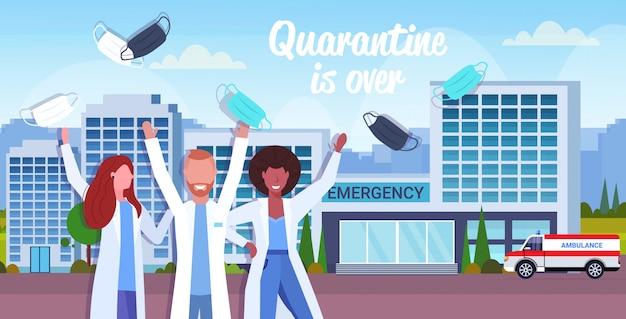 Das ärzteteam nimmt gesichtsmasken ab und feiert den sieg über die coronavirus-pandemie-quarantäne-covid-19