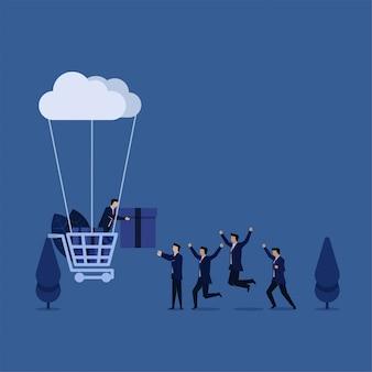 Das geschäftsteam, das für geschenk vom warenkorb glücklich ist, schloss an wolkenmetapher des einkaufens online an.