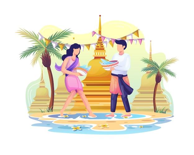 Das glückliche paar feiert das songkran-festival, indem es sich gegenseitig mit wasser bespritzt Premium Vektoren