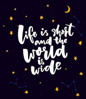 Das leben ist kurz und die welt ist weit. inspirierendes reisezitat, motivierender spruch für grußkarten und poster. handbeschriftung auf dunklem nächtlichen himmelshintergrund mit sternen und mond.
