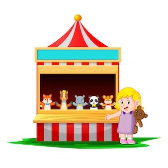 Das mädchen beim karneval mit dem teddybär ist sehr lustig