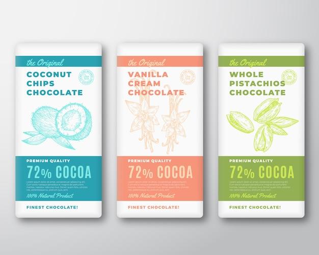 Das original feinste kakao schokoriegel abstract packaging labels set. typografie und kokosnüsse, vanilleblüten und pistazien skizzieren silhouette hintergrundlayouts.