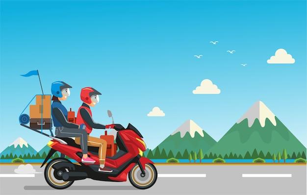 Das paar, das motorrad fuhr, reiste in die zweite version seiner heimatstadt
