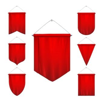 Das signalrote sportwimpeldreieck kennzeichnet die verschiedenen formen, die den realistischen satz der hängenden pennonfahnen verjüngen, lokalisierte illustration