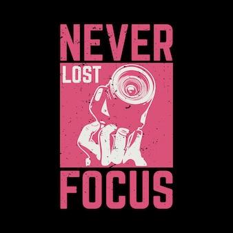 Das t-shirt-design verlor nie den fokus mit der hand, die eine kamera und eine vintage-illustration mit schwarzem hintergrund hält
