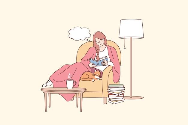 Das tägliche lifestyle-konzept genießen. karikaturfigur der jungen lächelnden frau, die im sessel mit katzenlesebuch im gemütlichen haus sitzt