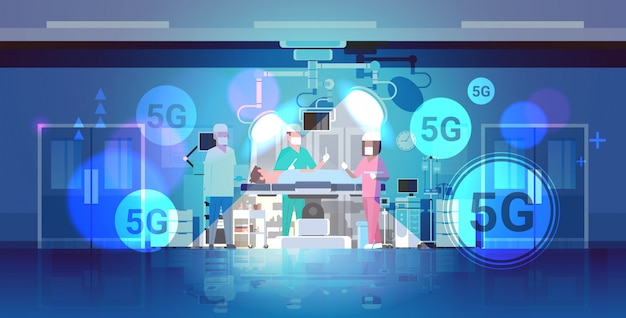 Das team der chirurgen umgibt den patienten, der auf dem 5g-online-funkverbindungskonzept des operationstisches 5g liegt