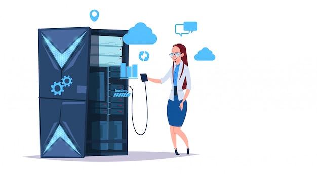 Datenspeicher-cloud-center mit hosting-servern und mitarbeitern. kommunikationsunterstützung für computertechnologienetzwerke und internet-datenbanken