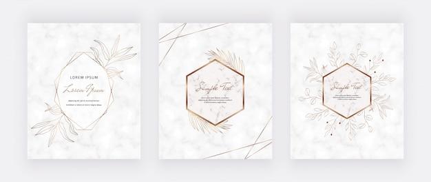 Decken sie marmorkarten mit goldenen geometrischen rahmen mit polygonalen linien und goldenen blättern ab