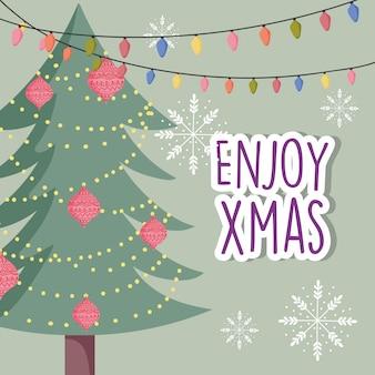 Dekorative baumkugeln der feier der frohen weihnachten beleuchtet schneeflocken
