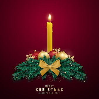 Dekorativer weihnachtskranz mit kerze, tannenzweigen und glänzenden kugeln.