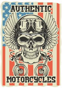 Dekoratives plakatdesign mit illustration eines schädels mit sturzhelm, flügeln und zwei motorrädern unter ihm auf amerikanischer flagge