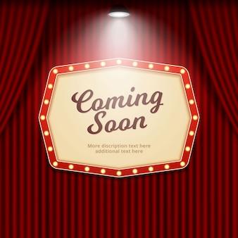 Demnächst das retro-theaterzeichen, das durch scheinwerfer auf kinovorhanghintergrund belichtet wird