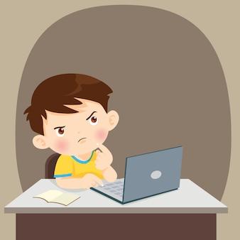 Denkender kinderstudentenjunge, der mit laptop denkt
