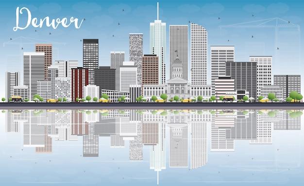 Denver skyline mit grauen gebäuden, blauem himmel und reflexionen.