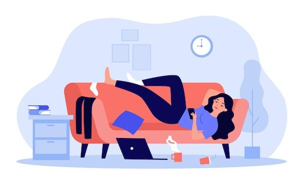 Deprimierte frau, die auf couch in unordentlichem raum liegt, der im flachen design isoliert wird