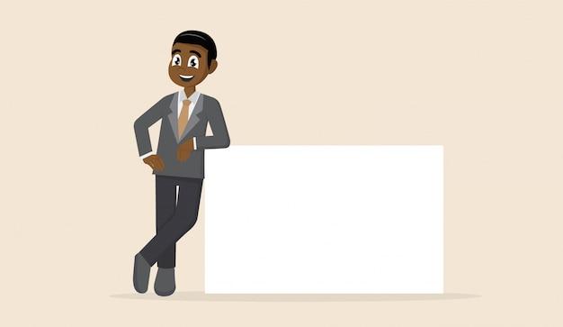 Der afrikanische geschäftsmann stützt sich auf ein leeres plakat.