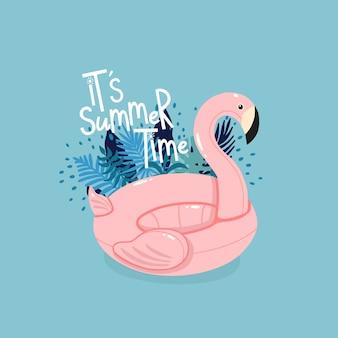 Der aufblasbare rosa flamingo, der durch tropische blätter mit beschriftung umgeben wird, ist es sommerzeit auf dem blauen hintergrund.