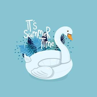 Der aufblasbare schwan, der durch tropische blätter mit beschriftung umgeben wird, ist es sommerzeit auf dem blauen hintergrund