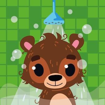 Der bär badet im badezimmer unter der dusche. kopf eines glücklichen bärenjungen. vektor-illustration im stil der cartoon-kinder. isolierte lustige cliparts auf grünem hintergrund. süßer tierdruck.
