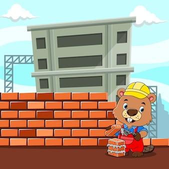 Der biberbauer hält die ziegel und den zement, um eine gute mauer zu bauen