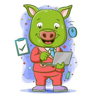 Der cartoon des grünen schweins hält laptop mit der blauen elektronik um ihn herum