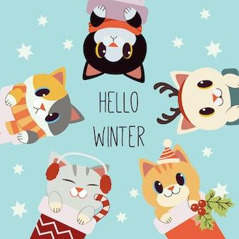 Der charakter der netten katze mit text von hallo winter im weihnachtsthema. die süße katze trägt schal und hirschhorn sowie ohrenschützer und wintermütze. der charakter der süßen katze im flachen stil.