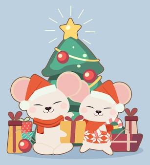 Der charakter der netten maus mit einer geschenkbox und einem weihnachtsbaum auf dem blauen hintergrund