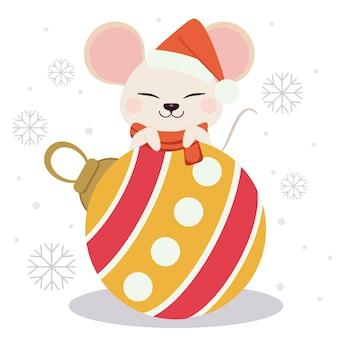 Der charakter der netten maus mit einer weihnachtskugel und -schneeflocke. die niedliche maus trägt einen roten winterhut und einen weihnachtsball. der charakter der netten maus in der flachen vektorart.