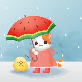 Der charakter der niedlichen katze trägt den roten regenmantel und die stiefel und hält einen regenschirm mit einem küken-aquarellstil.
