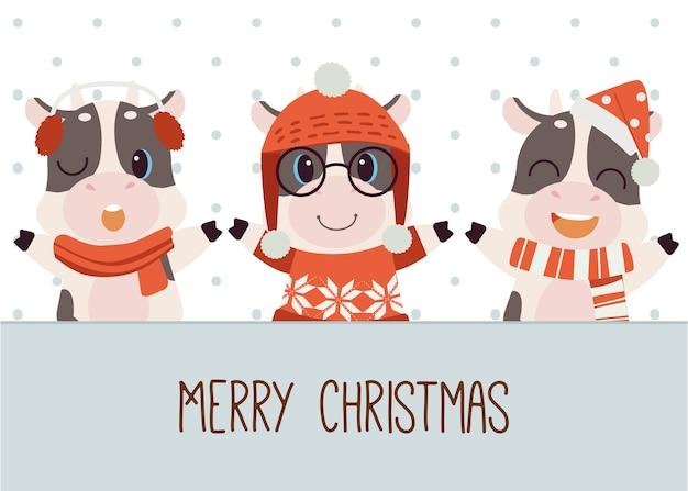 Der charakter der niedlichen kuh mit etikett und text frohe weihnachten im flachen stil. abbildung über weihnachten und feiertage für grafik, inhalt, banner, aufkleberetikett und grußkarte.