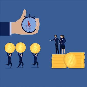 Der geschäftsmitarbeiter, der geld für ihren chef verdient, laufen mit zeitziel