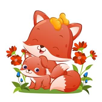 Der große fuchs mit dem schönen band posiert mit ihrem babyfuchs im garten der illustration