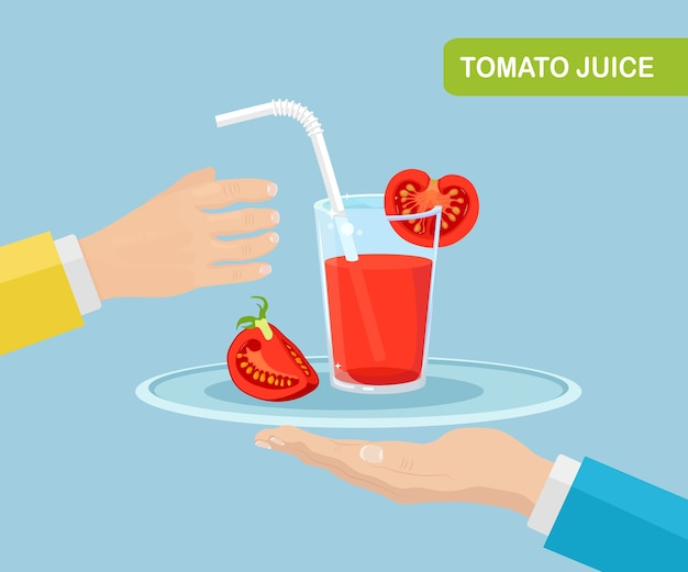 Der kellner serviert ein glas tomatensaft mit einer tomatenscheibe auf einem tablett. gesunde ernährung