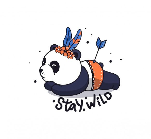 Der kleine panda im boho-stil. lustiger tierkarikatur liegt mit blumen und federn.