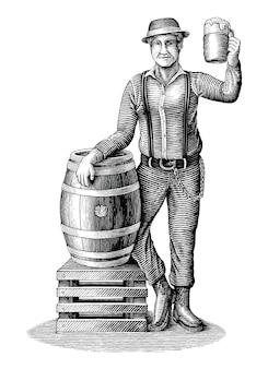 Der mann, der neben einem eichenfass mit einem bierglas steht, zeichnet einen vintage-gravurstil aus