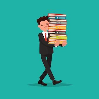 Der mitarbeiter trägt einen großen stapel dokumente.