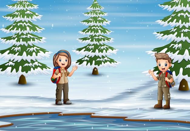 Der pfadfinder erkundet die natur in der winterlandschaft