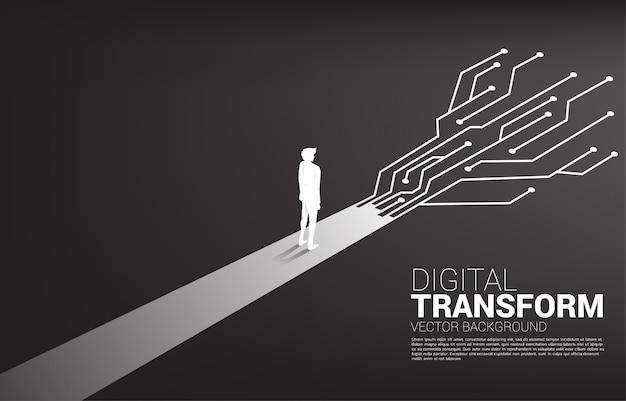 Der schattenbildgeschäftsmann, der auf dem weg mit punkt steht, schließen linie stromkreis an. digitale transformation des geschäfts.