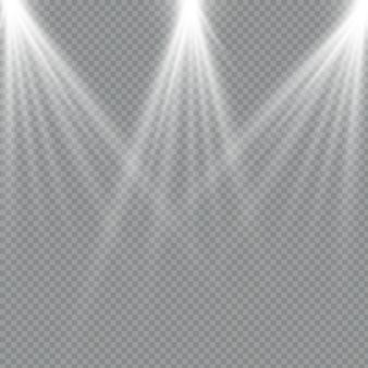 Der scheinwerfer scheint auf die bühne. licht exklusiv verwenden linsenblitzeffekt. licht von einer lampe oder einem scheinwerfer. beleuchtete szene. podium im rampenlicht. satz weißer scheinwerfer isoliert.