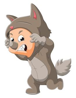 Der süße junge trägt das wolfskostüm zum halloween-tag der illustration