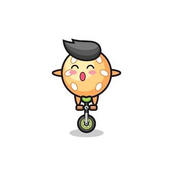 Der süße sesamball-charakter fährt ein zirkusrad, süßes stildesign für t-shirt, aufkleber, logo-element
